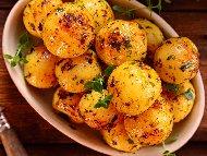 Пресни млади картофи с чесън, масло и прясно мляко